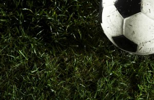 Fussball liegt im Gras