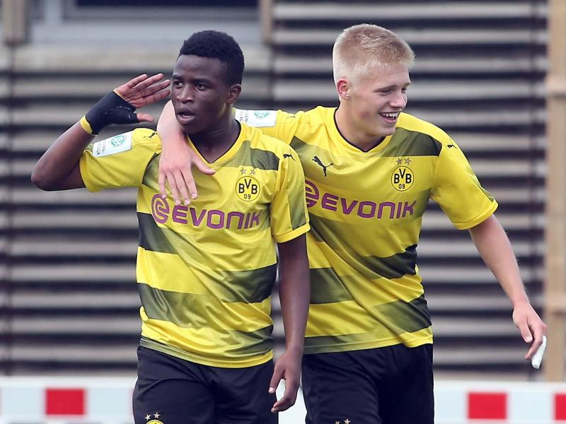 BVB-Youngster Youssoufa Moukoko (l) gilt als Wunderkind. Foto: Peter Ludewig  Peter Ludewig